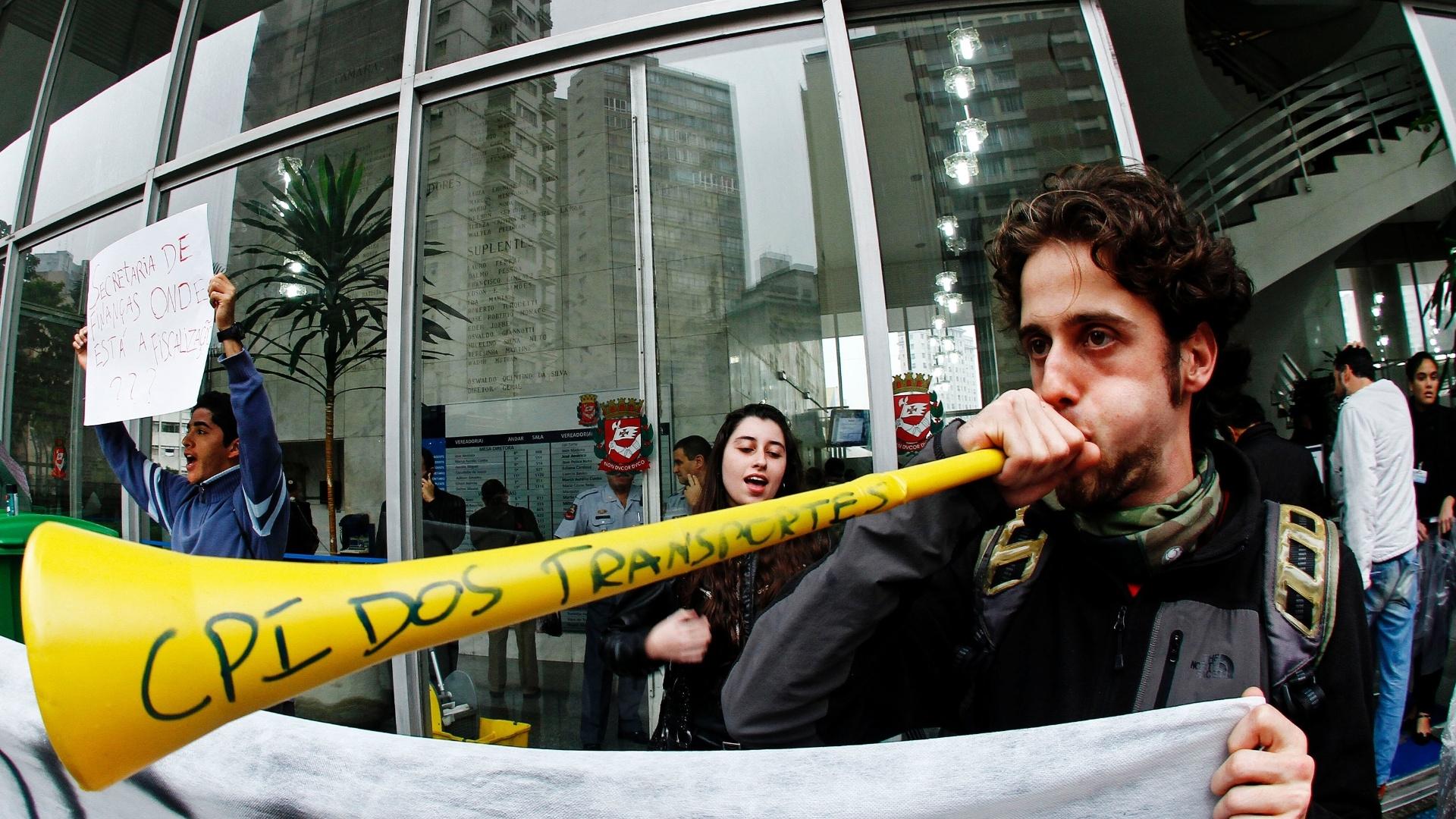 25jun2013---manifestantes-protestam-em-frente-ao-predio-da-camara-dos-vereadores-de-sao-paulo-na-tarde-desta-terca-feira-25-pedindo-a-abertura-da-cpi-dos-transportes-publicos-