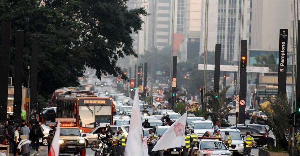14jun2013---parte-da-avenida-paulista-foi-bloqueada-para-a-manifestacao-contraria-a-realizacao-da-copa-do-mundo-em-sao-paulo-1371242721315_956x500