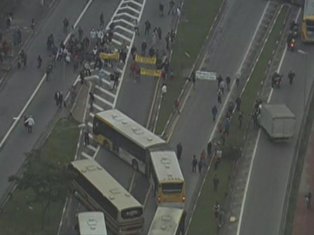 Manifestantes utilizam ônibus para bloquear Radial Leste (Foto: Reprodução/ TV Globo)