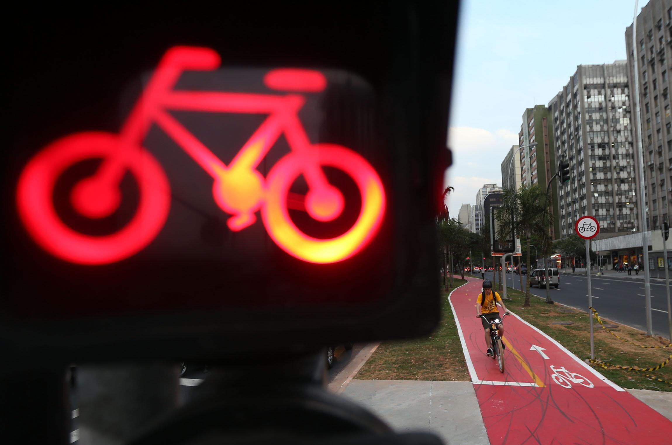 CIC SÃO PAULO   10/10/2012    CIDADES CICLOVIA Vista da ciclovia situada na avenida Faria Lima, que será inaugurada esta semana mas já esta sendo utilizada mesmo ainda não totalmente concluída. FOTO: JF DIORIO / AE