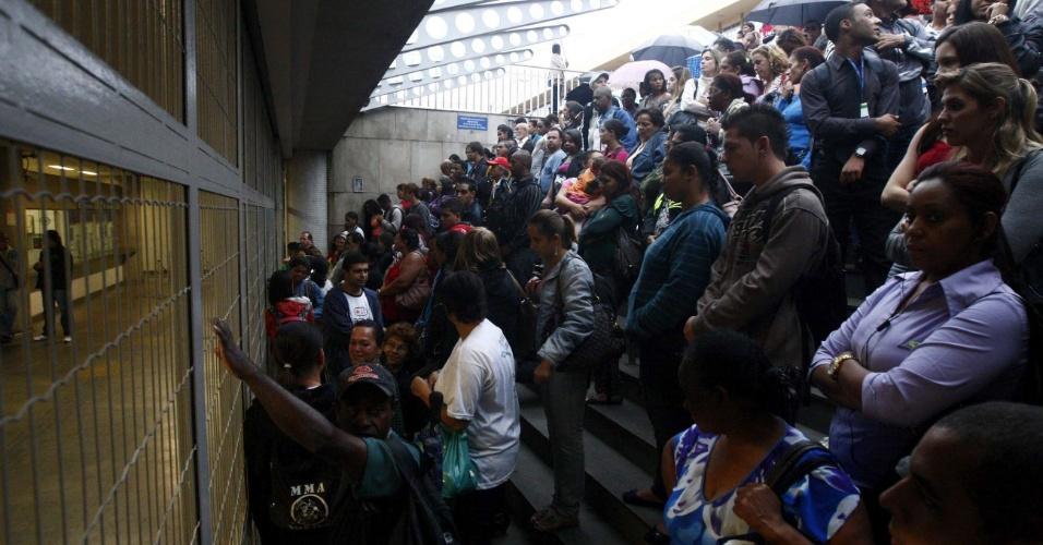 http://agenciat1.com.br/wp-content/uploads/2012/05/15mai2012-mineiros-aguardam-a-abertura-do-metro-com-a-greve-dos-metroviarios-de-belo-horizonte-o-meio-de-transporte-na-cidade-so-funciona-no-horario-de-pico-das-5h-as-9h-e-das-17h-as-21h-1337120902198_956x5002.jpg