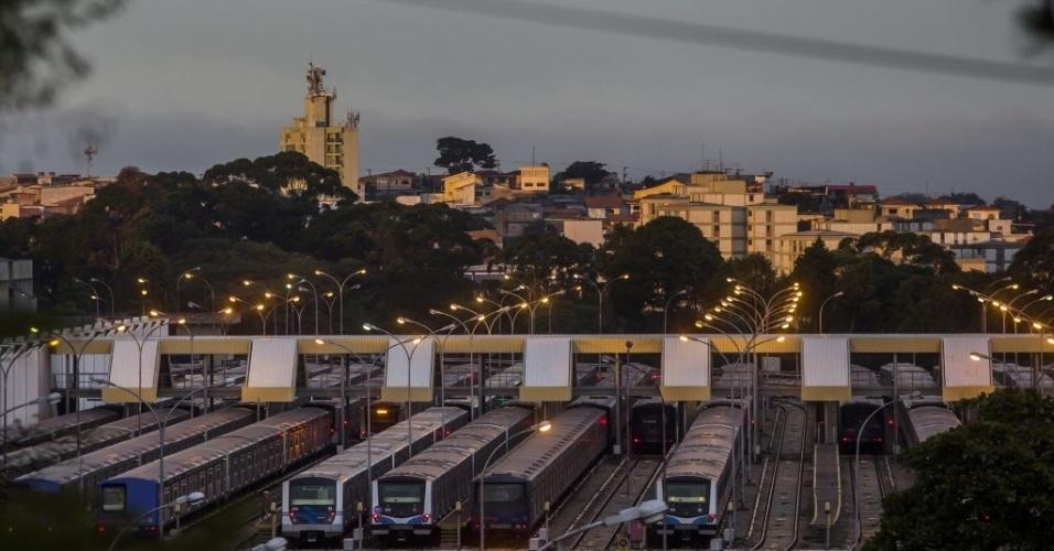http://imguol.com/c/noticias/2014/06/06/6jun2014---trens-do-metro-permanecem-no-patio-de-manobras-no-jabaquara-em-sao-paulo-durante-o-segundo-dia-de-greve-dos-metroviarios-as-tres-principais-linhas-do-sistema-operam-parcialmente-nesta-1402055289997_956x500.jpg