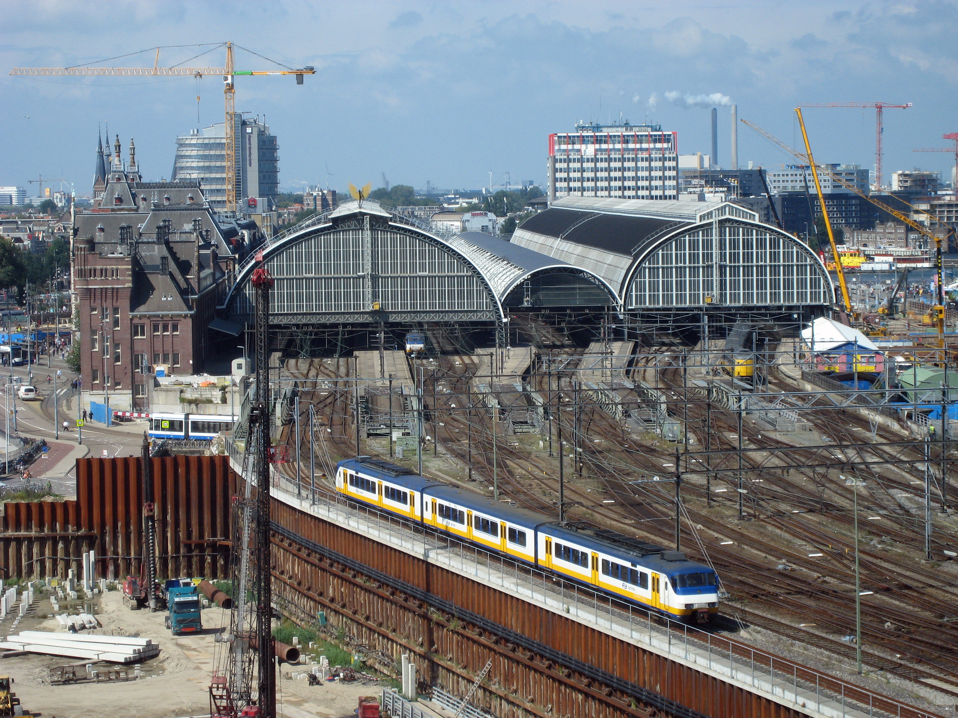 Amsterdam_centraal_side