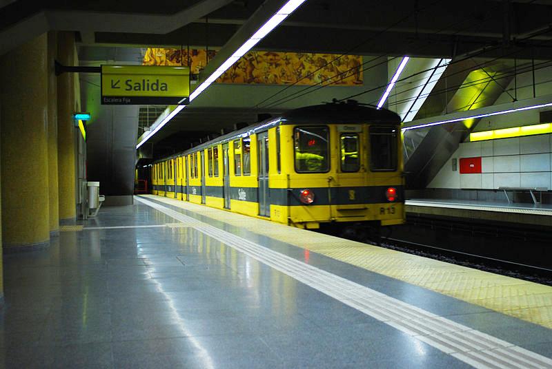 Línea_H,_Andén_en_la_estación_Venezuela_02_(Buenos_Aires,_noviembre_2008)