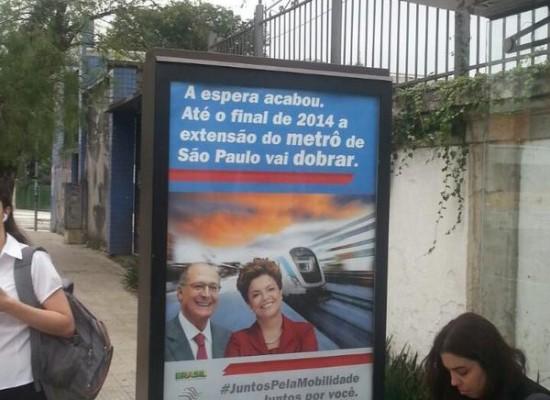 Greenpeace instala cartaz irônico com Alckmin e Dilma juntos para cobrar mais mobilidade
