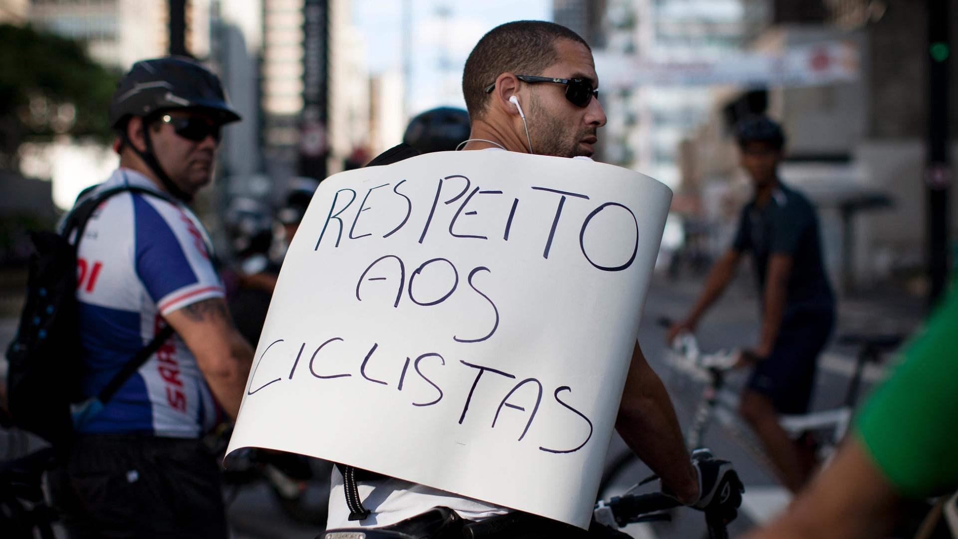 10mar2013---ciclistas-se-reunem-em-protesto-na-tarde-deste-domingo-10-na-regiao-da-avenida-paulista-na-cidade-de-sao-paulo-apos-um-homem-ter-sido-atropelado-no-periodo-da-manha-a-vitima-teve-o-braco-136295241158