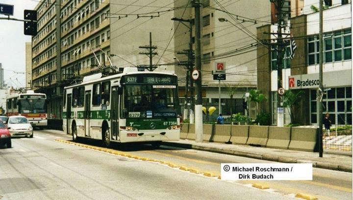Trólebus na avenida Santo Amaro, nas linhas 637P (Terminal Santo Amaro-Pinheiros) e 577U (Metrô Santa Cruz-Butantã)