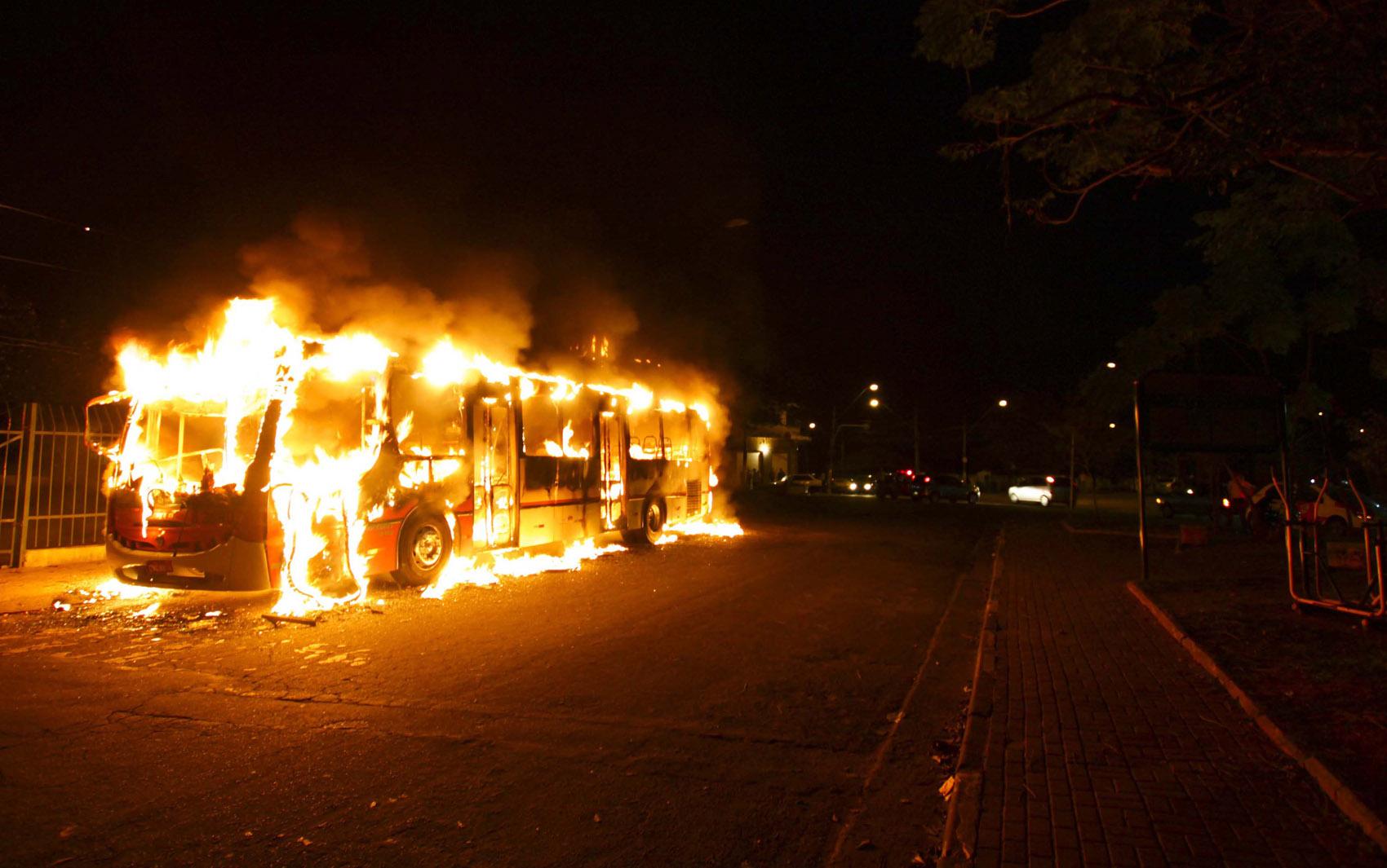 Ônibus incendiado na Rua Manoel Martins no Rio Pequeno