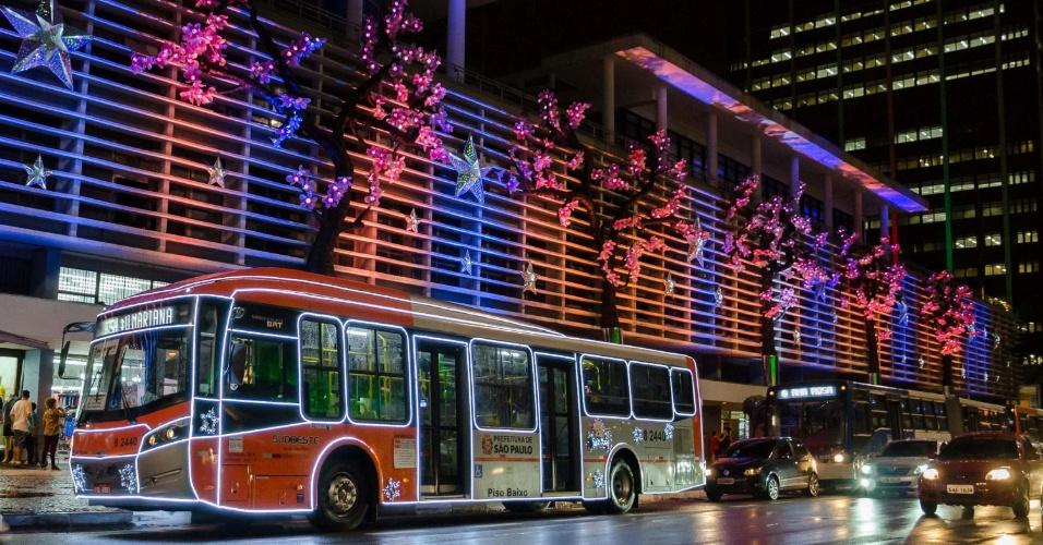 13dez2014---um-onibus-circulou-na-noite-desta-sexta-feira-12-com-iluminacao-especial-para-celebrar-o-natal-na-avenida-paulista-em-sao-paulo-1418467568807_956x500