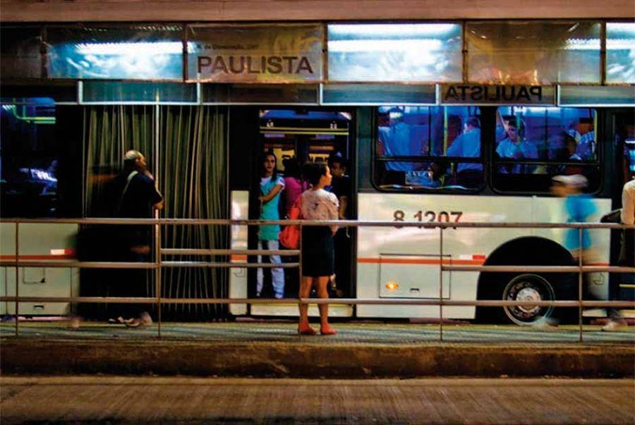 ponto de ônibus noite SP