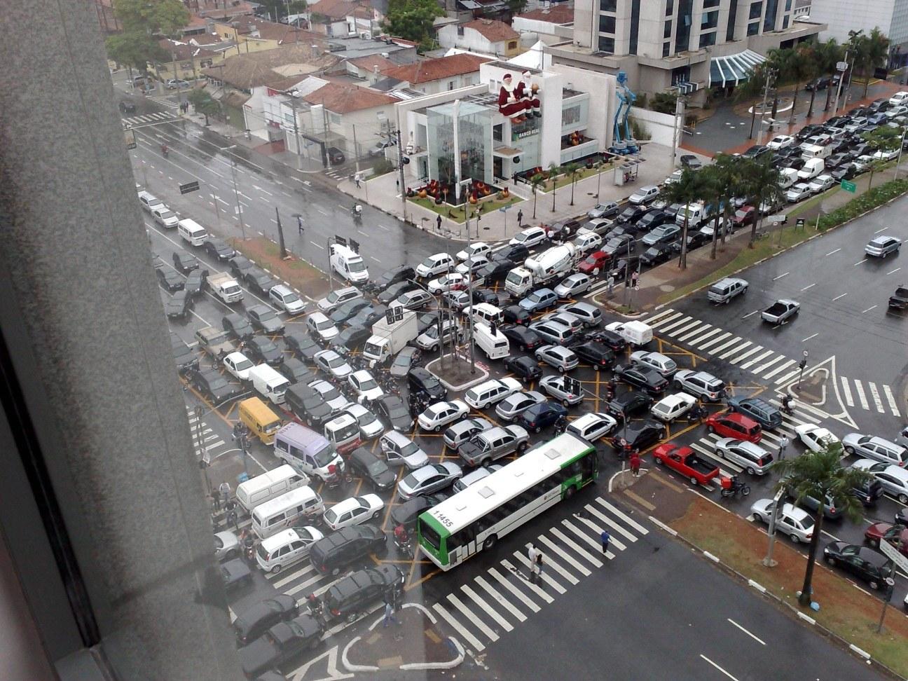 transito-cruzamento-fechado