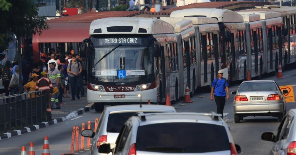 corredor-de-onibus-da-estrada-mboi-mirim-a-velocidade-media-dos-onibus-nos-corredores-exclusivo-e-de-14kmh-1364842659543_956x500