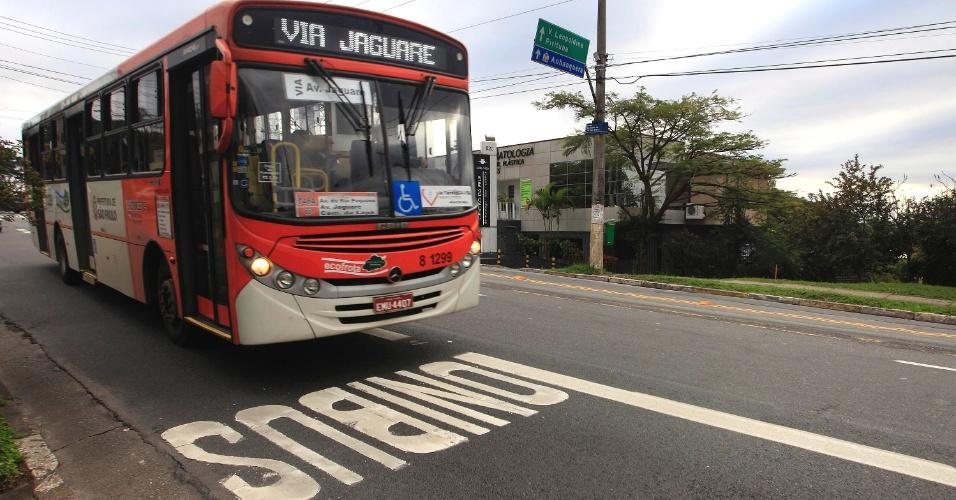 22jul2013---comecou-a-funcionar-nesta-segunda-feira-22-as-faixas-exclusivas-para-onibus-nas-ruas-da-lapa-em-sao-paulo-a-faixa-exclusiva-foi-implantada-no-lado-direito-da-rua-brigadeiro-gaviao-1374497789735_956x5