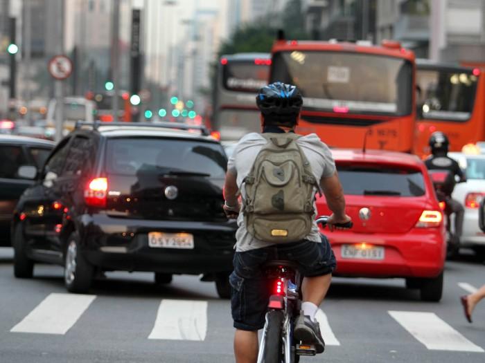 http://viatrolebus.com.br/wp-content/uploads/2015/04/ciclista-700-ae.jpg