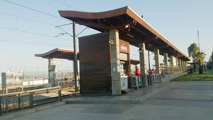 Detalhe de uma das estações ao lado da praia