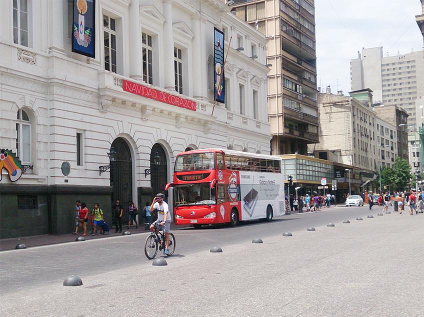 Ciclista na Praça das Armas, próxima a catedral de Santiago