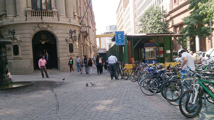 Paraciclos lotados próximo ao centro da cidade