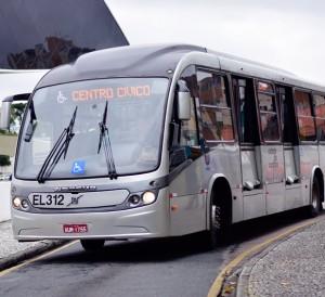 Ônibus de Curitiba em frente ao Museu Oscar Niemeyer | Foto: Renato Lobo