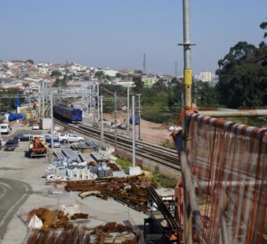 Trem da série 4400 nas proximidades da obra | Foto: Renato Lobo