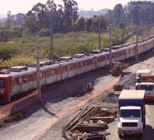 Trem da série 2700 ao lado das obras da Linha 13 | Foto: Renato Lobo