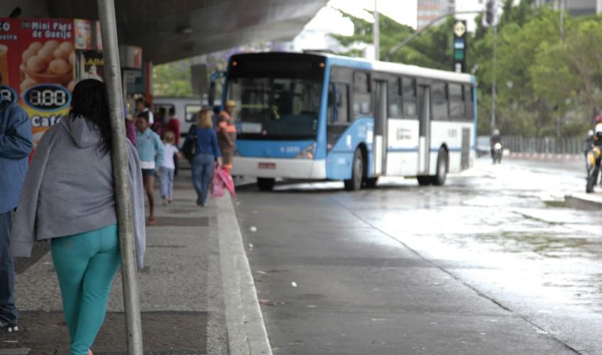 onibus-parados-no-terminal-ana-rosa-em-sao-paulo-foto-oswaldo-corneti-fotos-publicas_201411050005