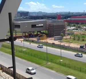Vista da plataforma da Estação Aeroporto na conexão com o Aeroporto