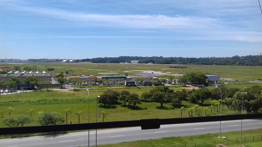 Vista da cabeceira da pista do Aeroporto de Guarulhos