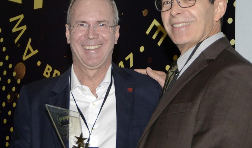 Secretário de Desestatização da Prefeitura de São Paulo Wilson Poit entrega o prêmio ao presidente da ViaQuatro Harald Peter Zwetkoff
