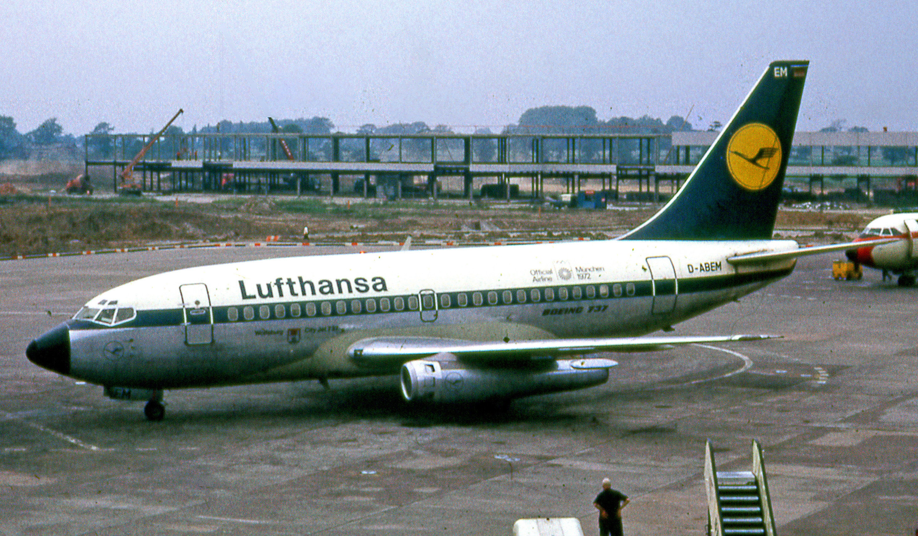 Lufthansa_Boeing_737-100_at_Manchester_Airport_in_1972